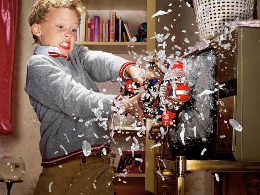 Enfant brisant un objet