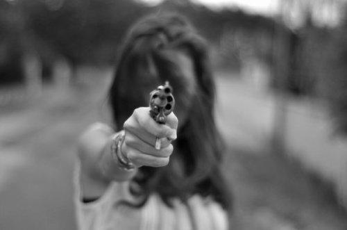 Une femme visant avec un revolver