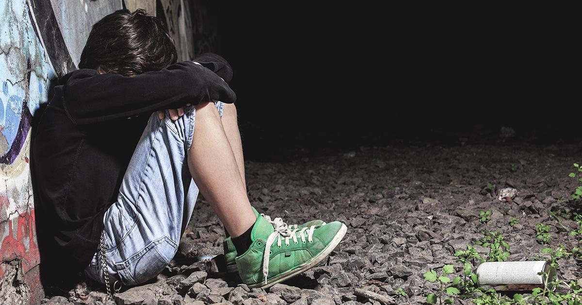 Un adolescent triste, visiblement en crise